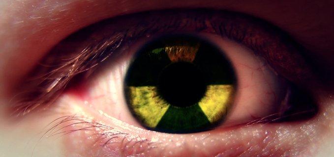 occhio col simbolo del nucleare