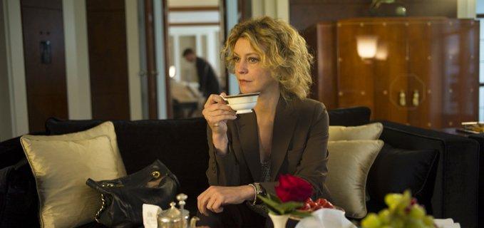 Margherita Buy che beve il thè nel film Viaggio Sola