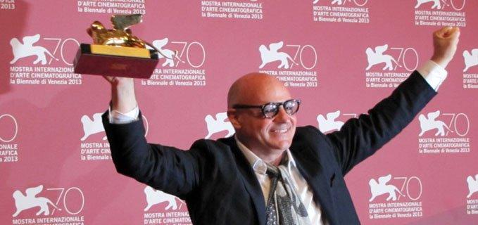 gianfranco rosi esulta per il leone d'oro a Sacro Gra