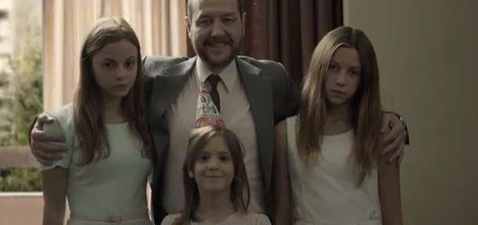 foto di famiglia dal film greco miss violence