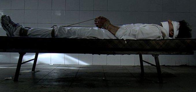 uomo legato al letto dal film Bianco di Roberto Di Vito